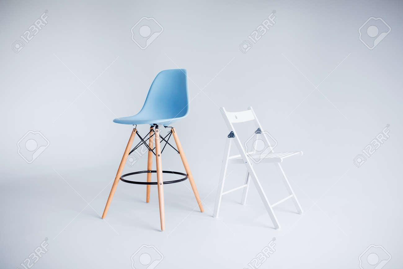 Neue Moderne Stühle In Der Weißen Und Blauen Stellung Im Reinraum ...