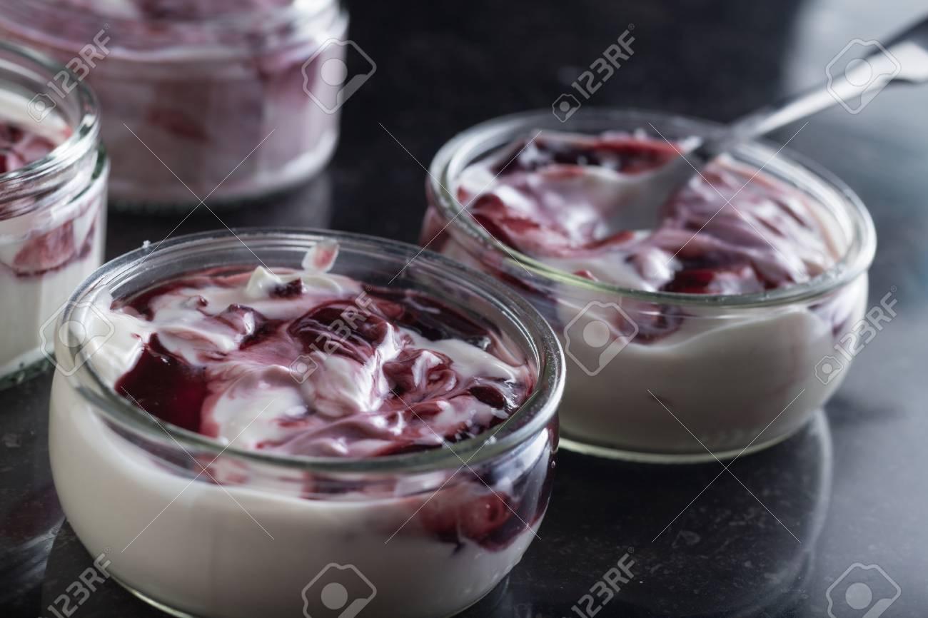Joghurts Mit Fruchtsortiment In Den Glasschusseln Auf Dunklem