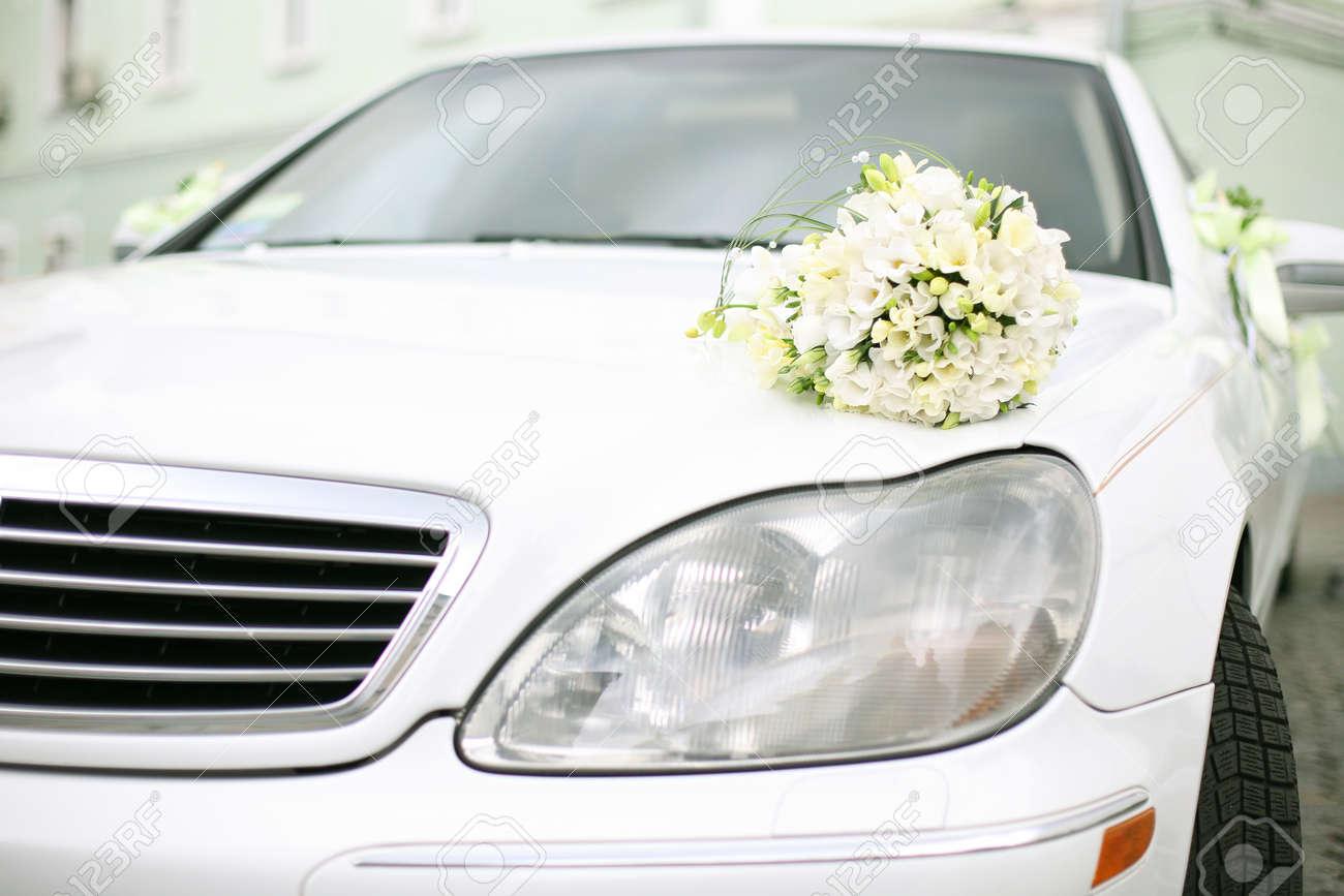 Hochzeitsstrauss Liegt Auf Dem Auto Hochzeitstag Sommer Tag