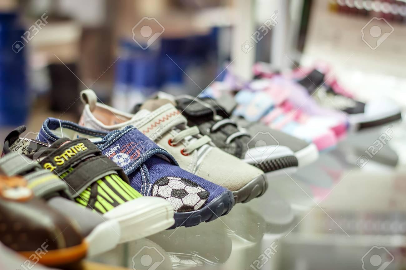4bd14cc8 Contador con zapatos de bebé en la tienda de moda Foto de archivo - 75039274