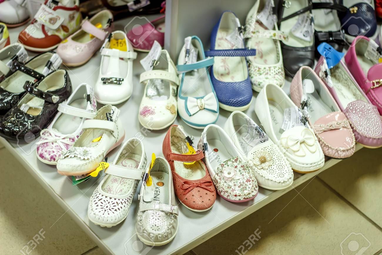 524713852 Contador con zapatos de bebé en la tienda de moda Foto de archivo - 75039275