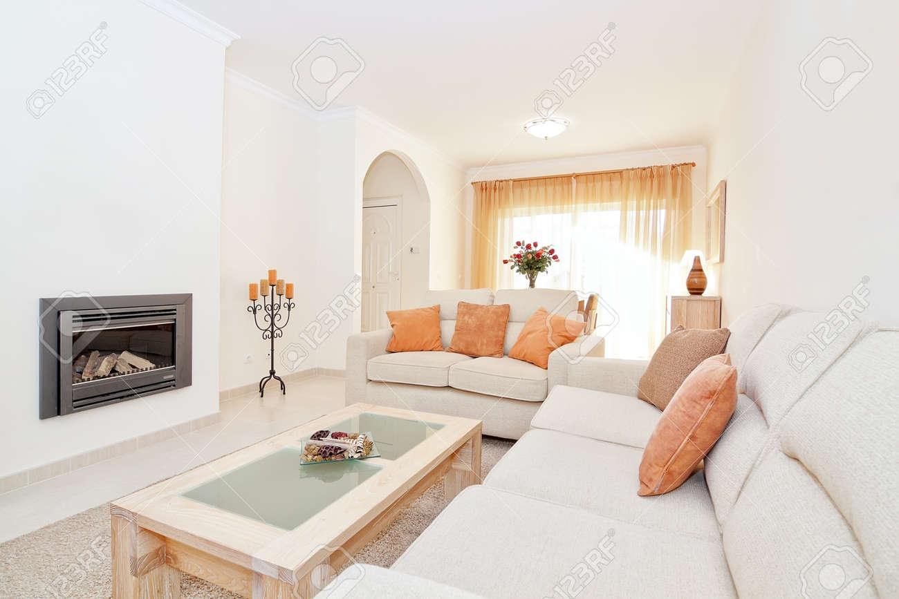 Lichte moderne woonkamer met een open haard voor verwarming. in de ...