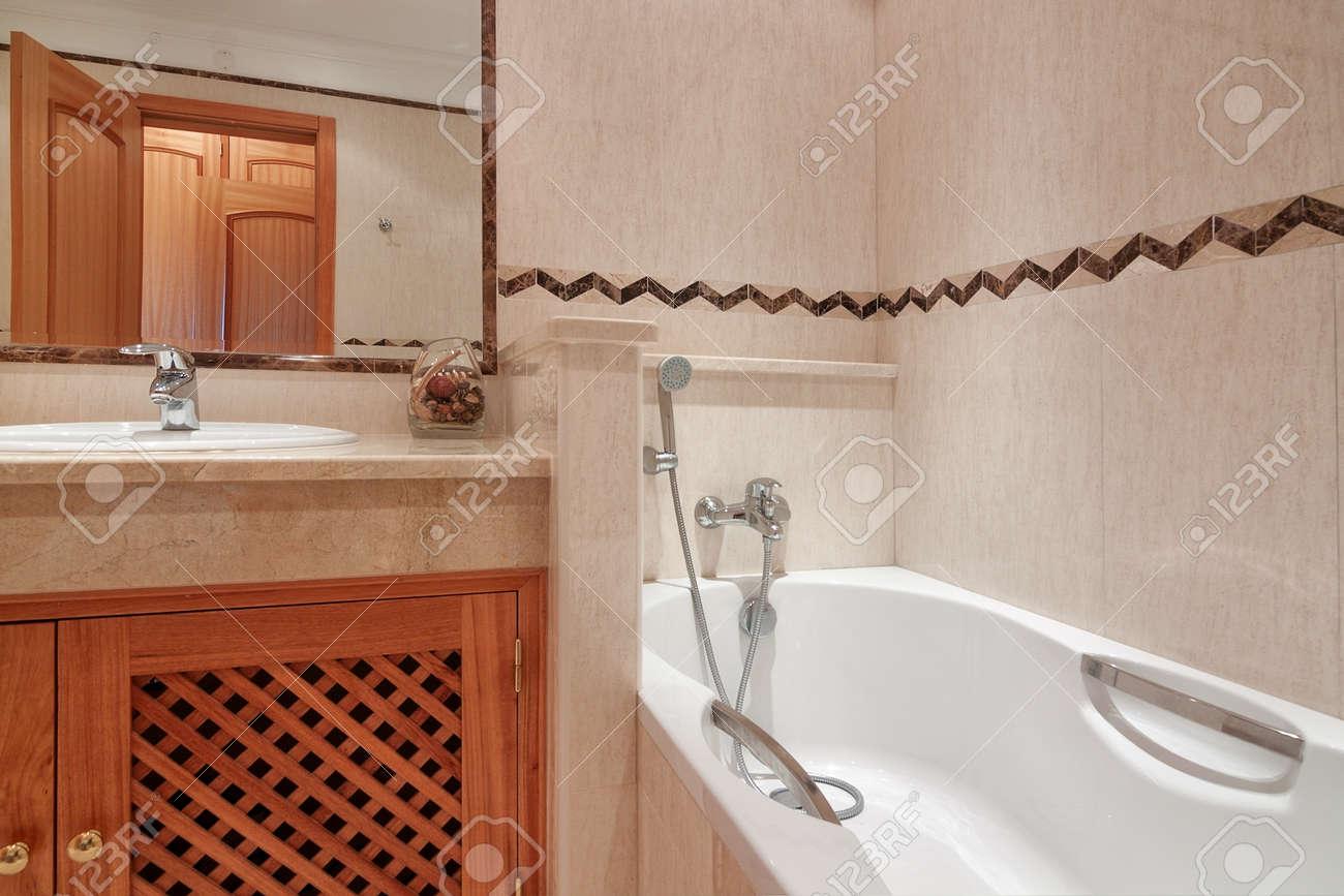 Salle De Bains Avec Baignoire Dans Un Hôtel De Luxe. Banque D\'Images ...