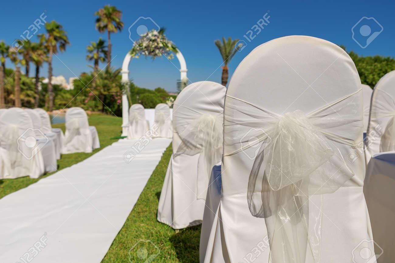 Détail de la chaise d\'arc décoration pour la cérémonie de mariage dans le  jardin. Fermer.