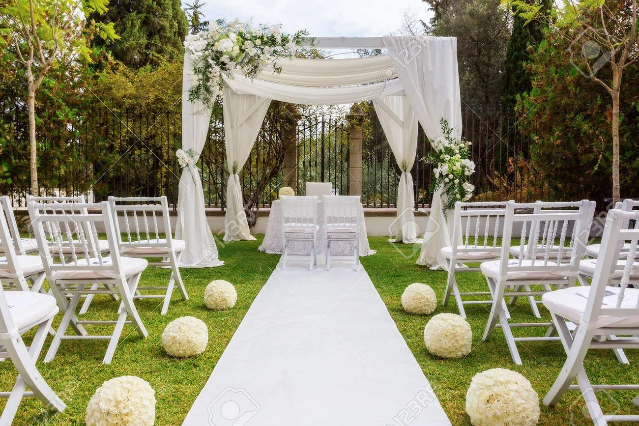 De la décoration de mariage dans le jardin. mariage moderne.