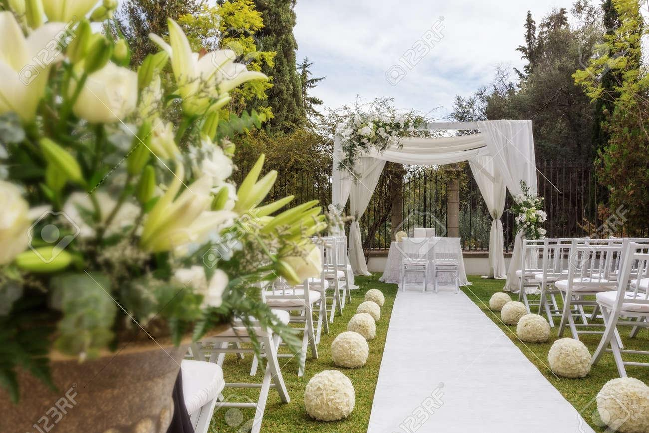 des fleurs sur le chemin de la table de mariage. décorations de