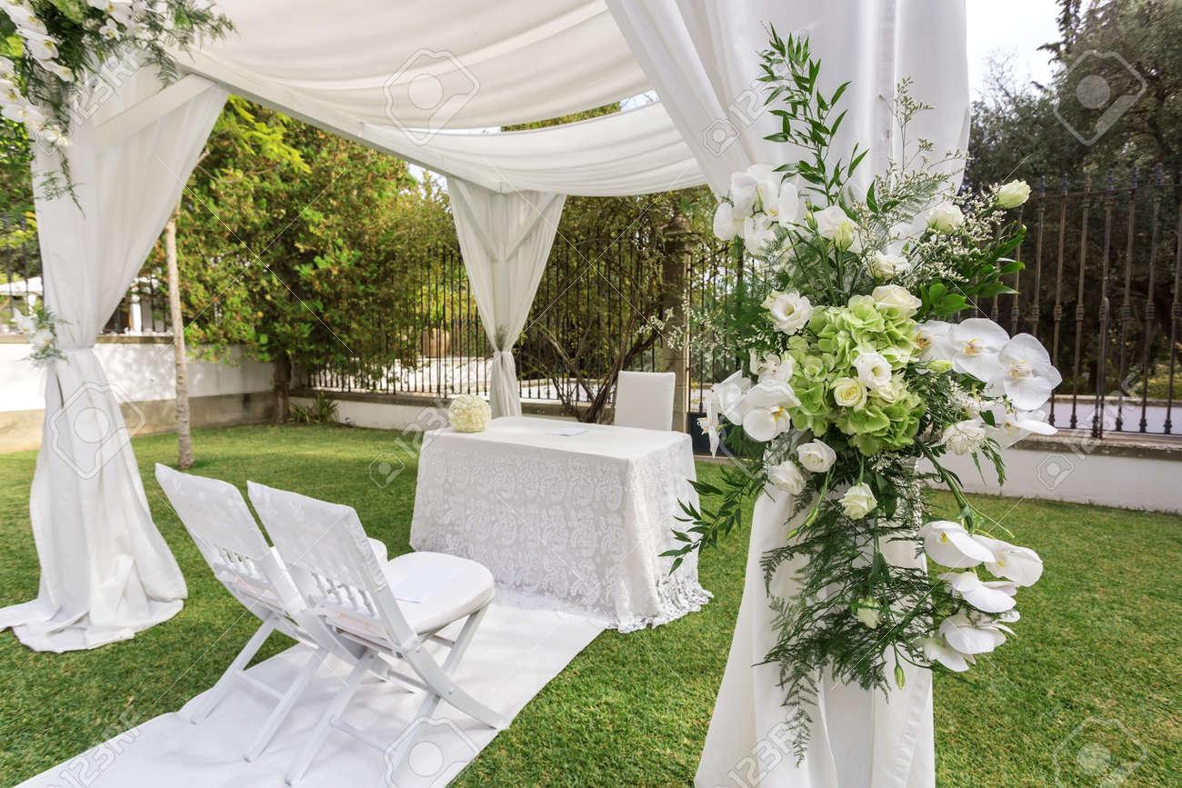 Décoration de mariage dans le jardin. Décoré de fleurs.