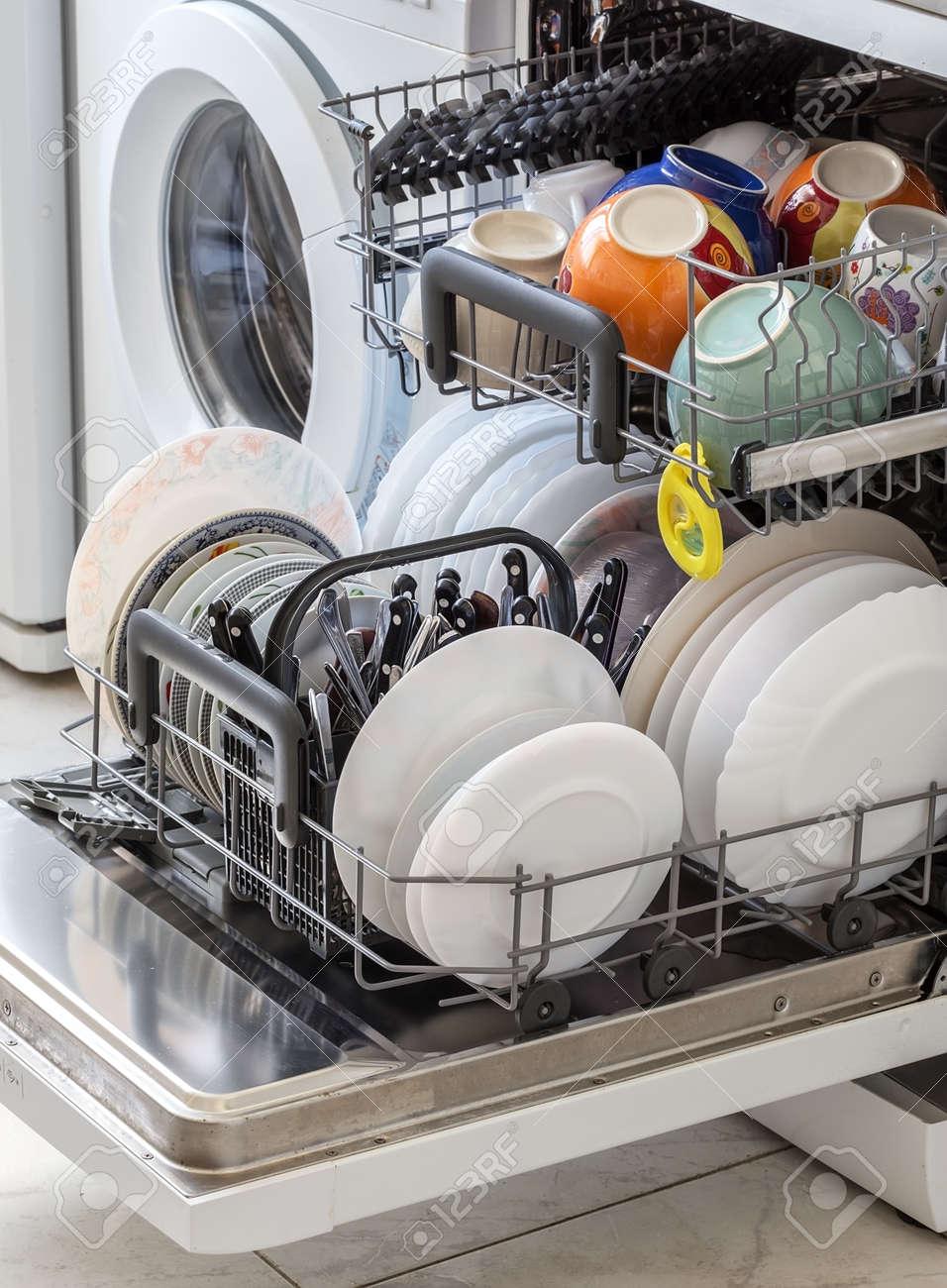 Reinigen Sie Das Geschirr Nach Dem Waschen In Der Spulmaschine