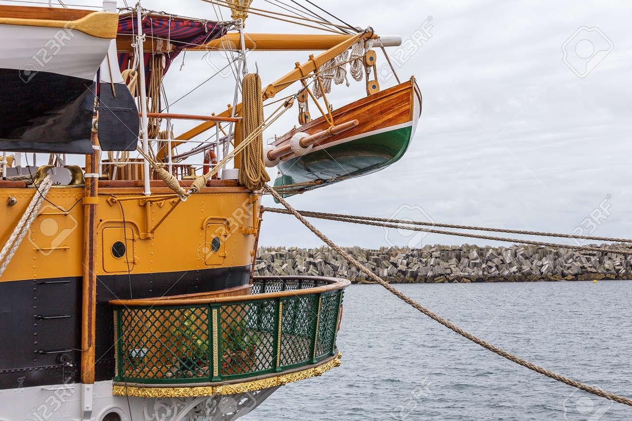 Bote salvavidas en un viejo velero histórico.