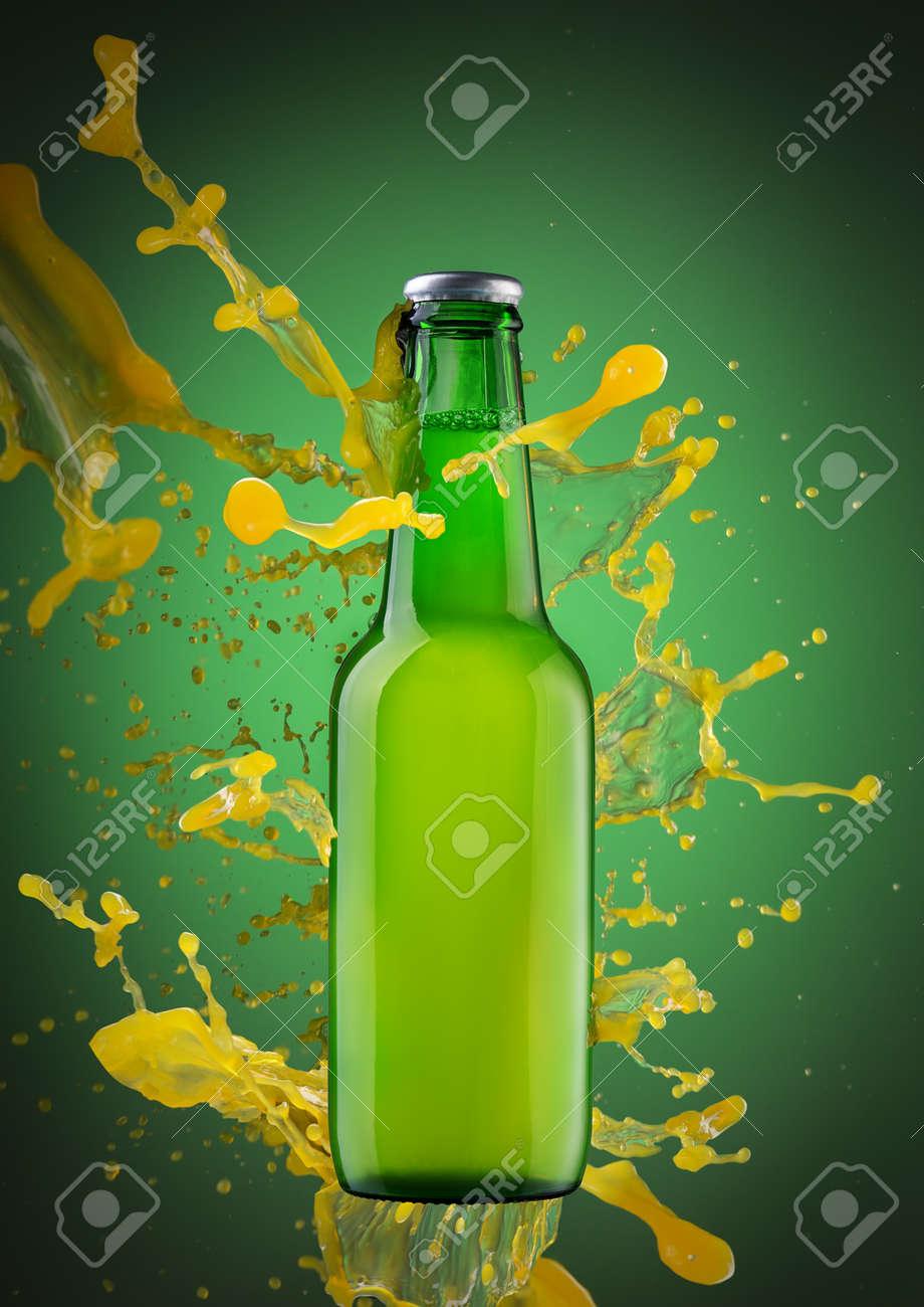 Immagini Stock Spruzza Una Spruzzata Di Succo Su Una Bottiglia Di