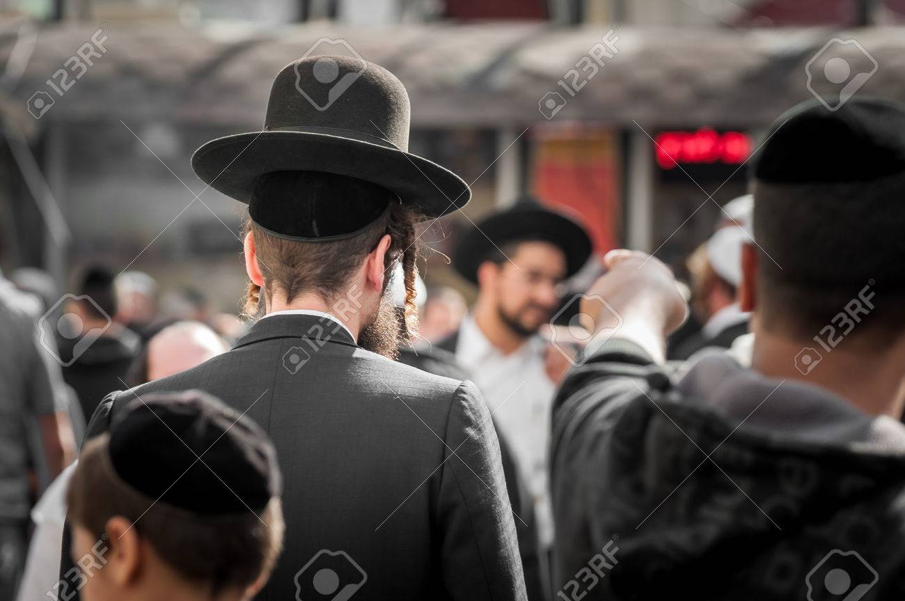 The Jewish Hasid in traditional clothes with long payos. Banque d'images - 84380189