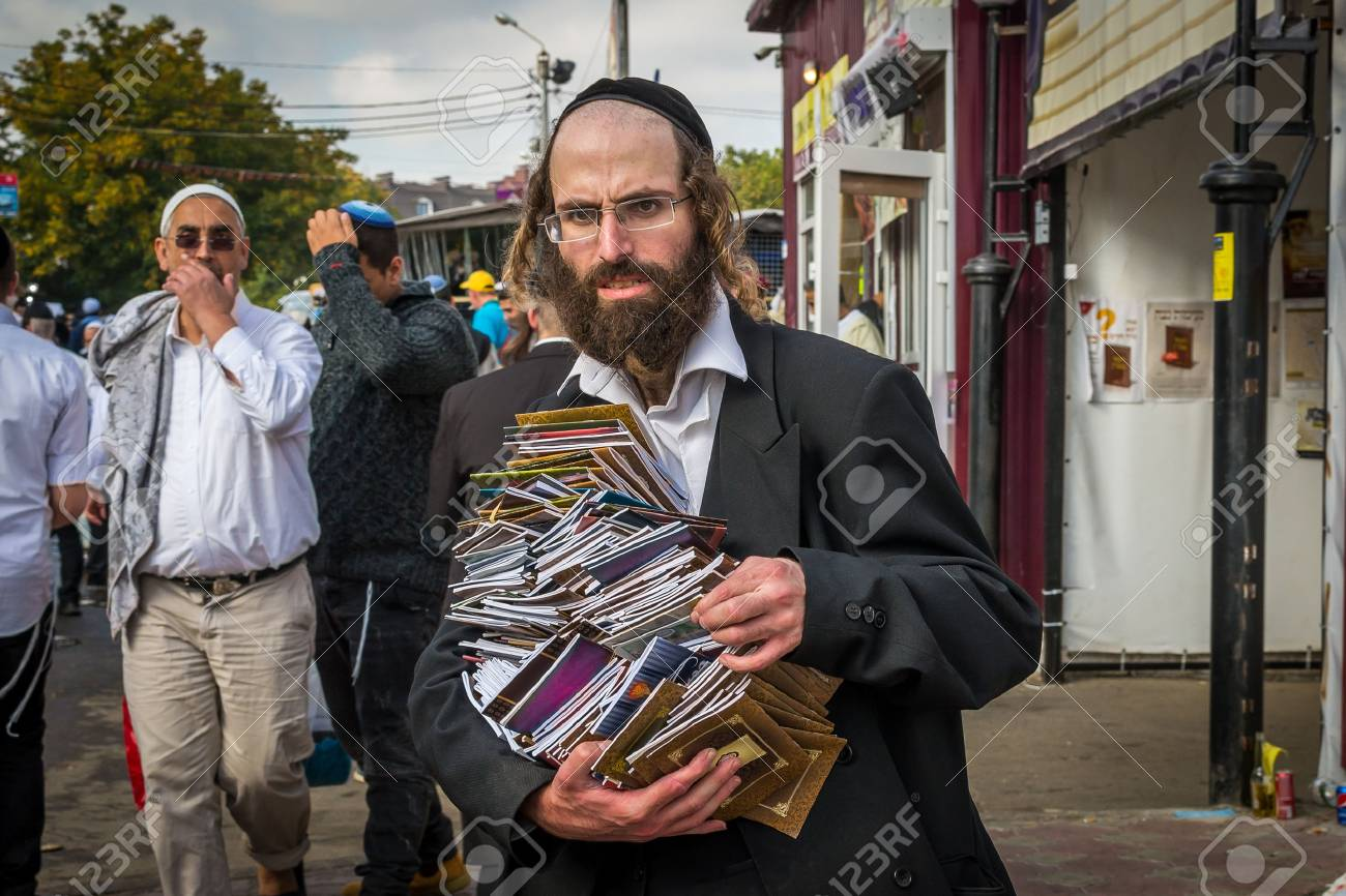 Uman, Ukraine - 2 October 2016: Rosh Hashanah, Jewish New Year 5777. It is celebrated at the grave of Rabbi Nachman. Pilgrims of Hasidim in traditional festive attire celebrate mass on the Uman. Banque d'images - 84306497
