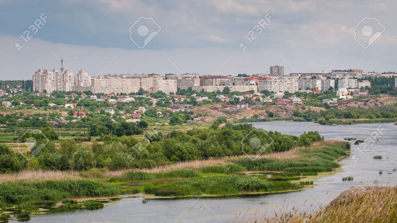 Panoramic view of the city of Yuzhnoukrainsk located on the granite rocky bank of the Southern Bug River. Ukraine. Banque d'images - 84753760