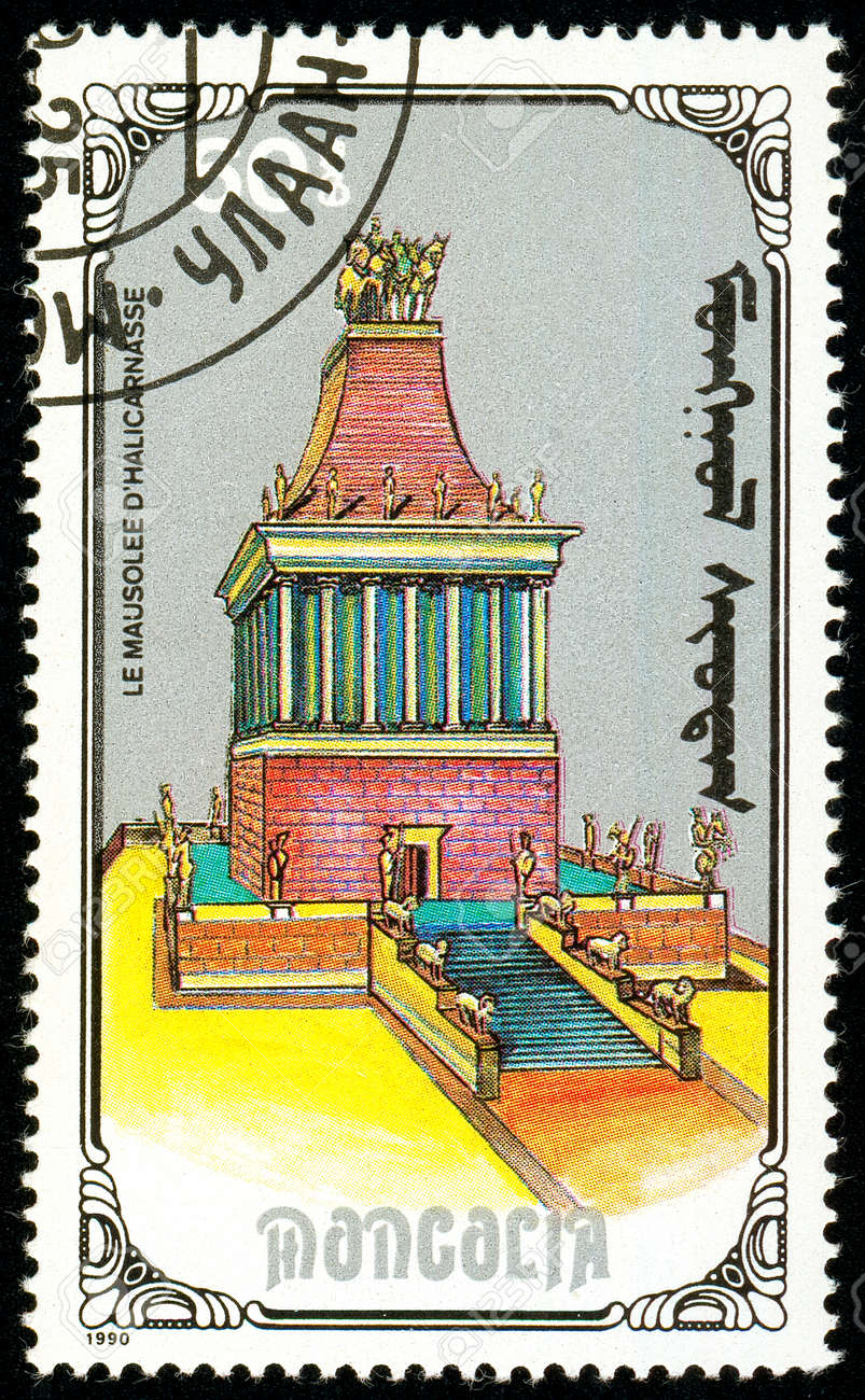 Ukraine - circa 2018: A postage stamp printed in Mongolia show Mausoleum of Hallcarnassus. Series: 7 Wonders of the Ancient World. Circa 1990. Banque d'images - 94167917