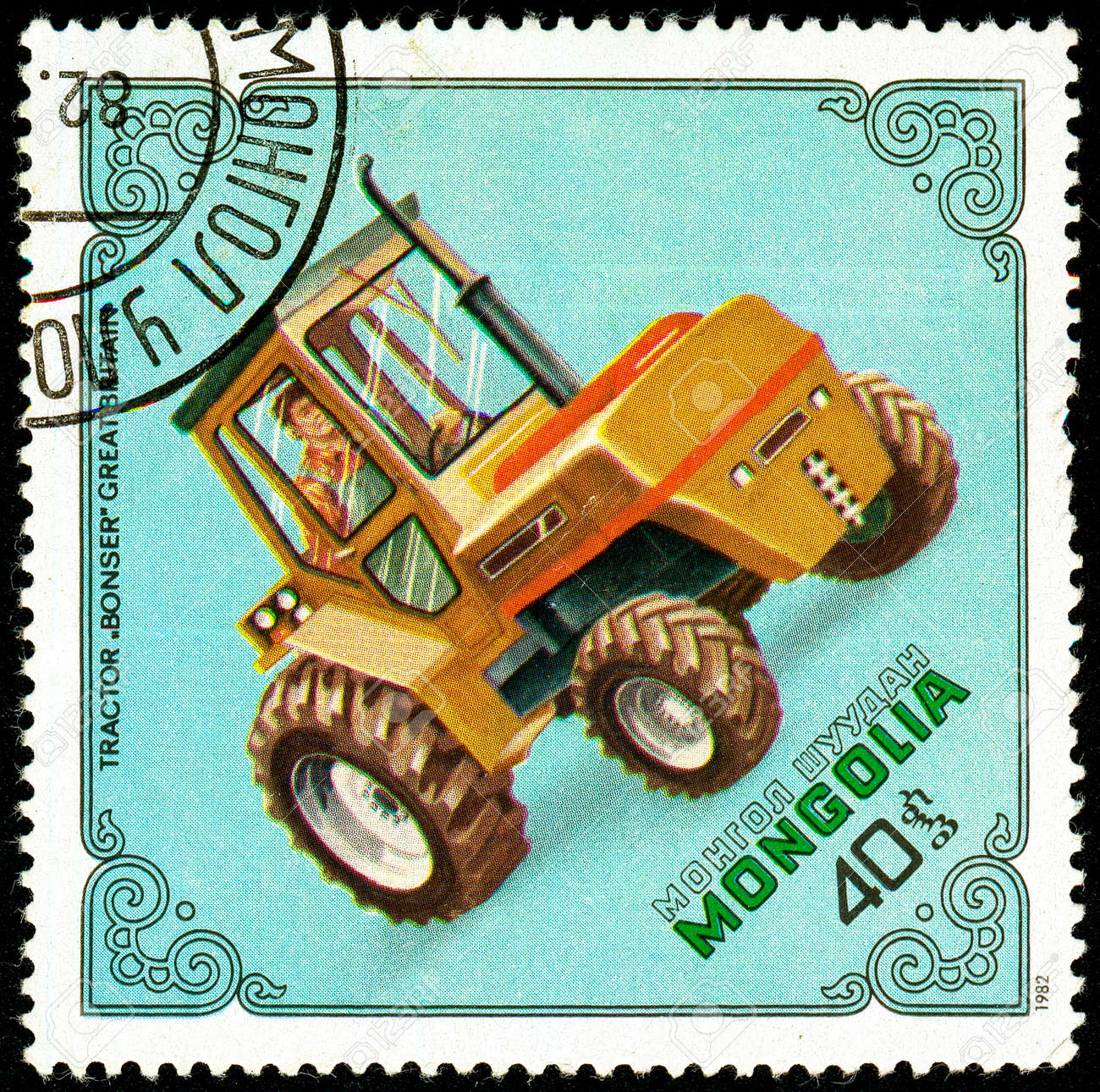 Ukraine - circa 2018: A postage stamp printed in Mongolia show Tractor Bonser, Britain. Series: Tractors. Circa 1982. Banque d'images - 94408053