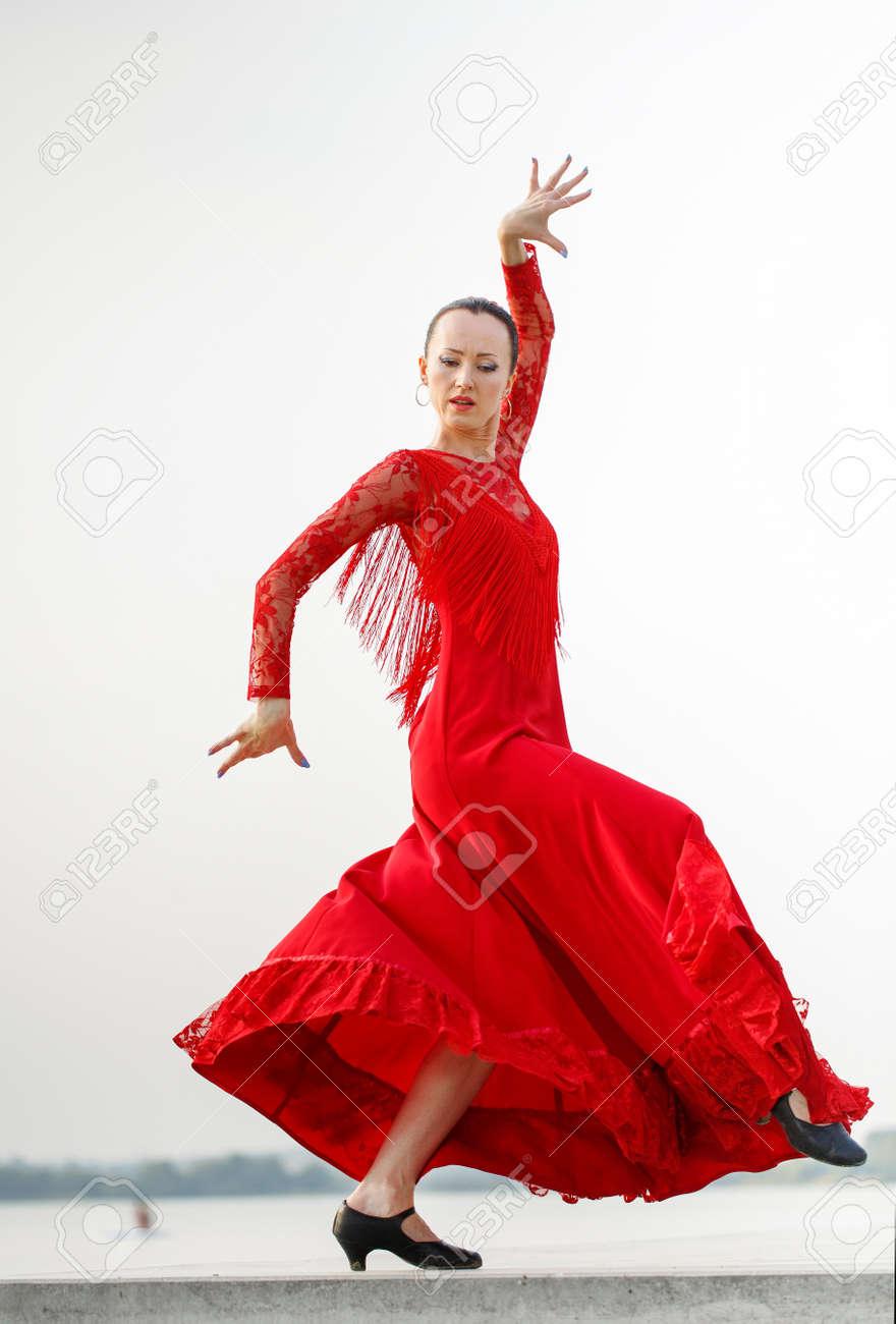 beeedd065 Foto de archivo - Mujer de flamenco bailarina España en un vestido largo  rojo