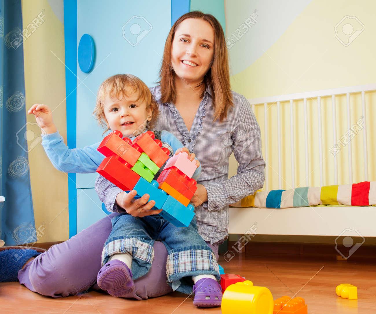 Сын с мамой играют в карты 27 фотография