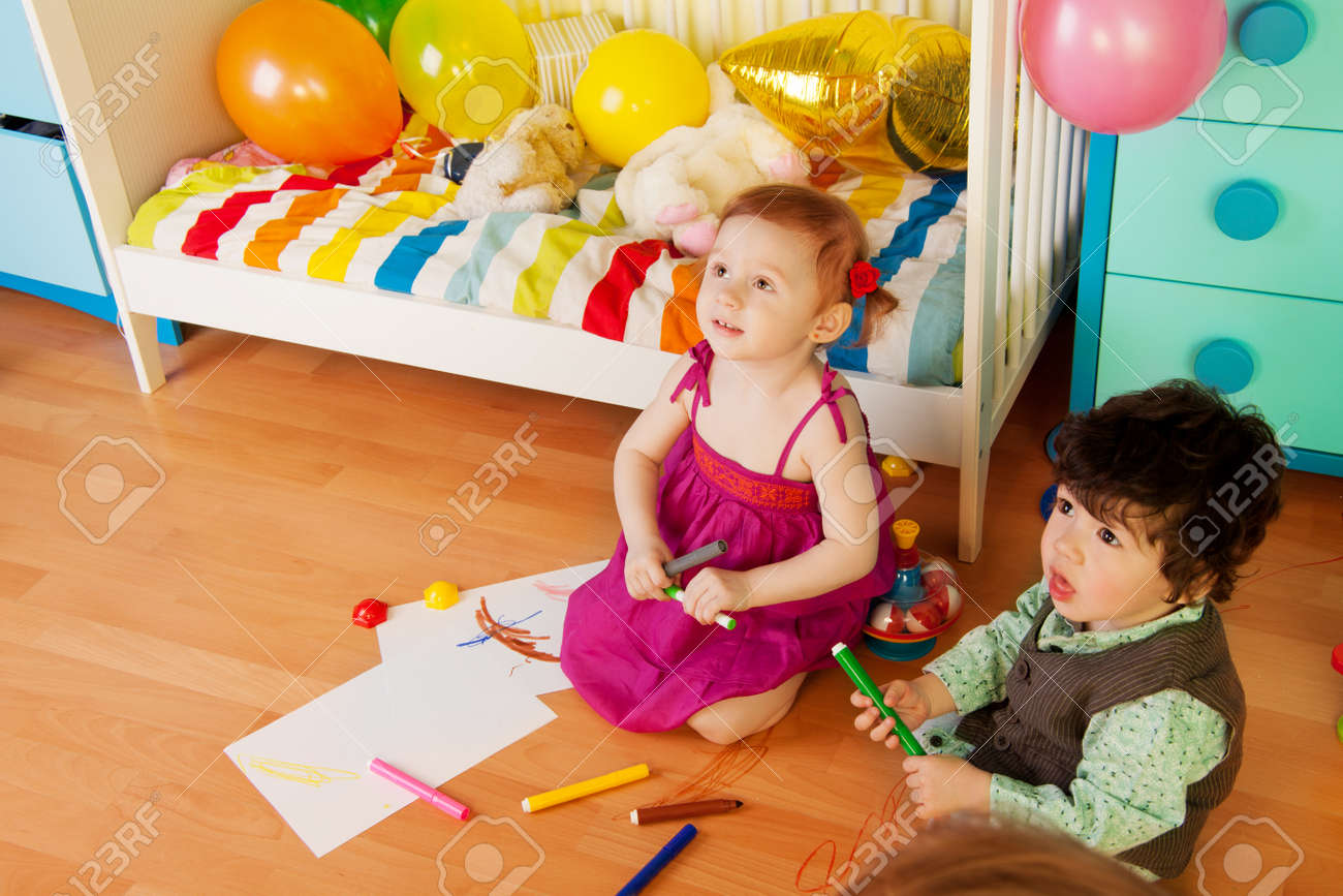 foto de archivo nios dibujando con lpices de colores sentados en el suelo en la habitacin infantil with suelo habitacion infantil