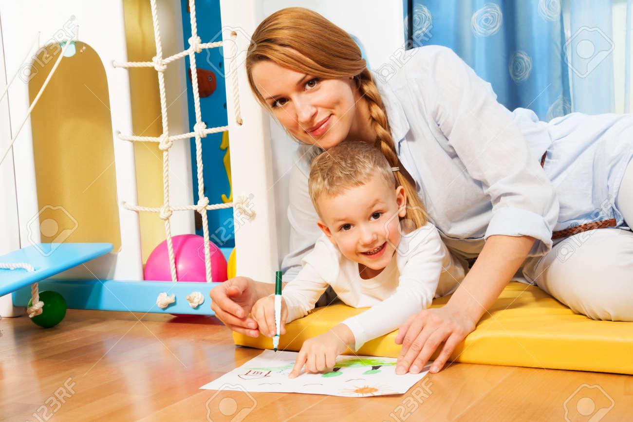 Mutter Und Kind Zusammen Zeichnen Auf Dem Boden Im Schlafzimmer ...