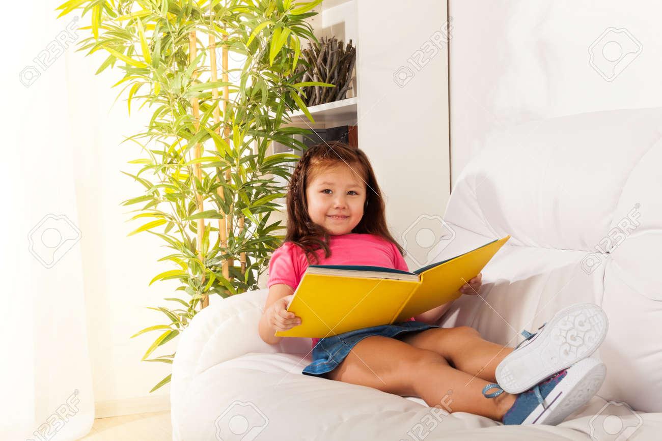 Petit Fute Fille De 5 Ans Portant Sur Le Canape Et Livre De Lecture