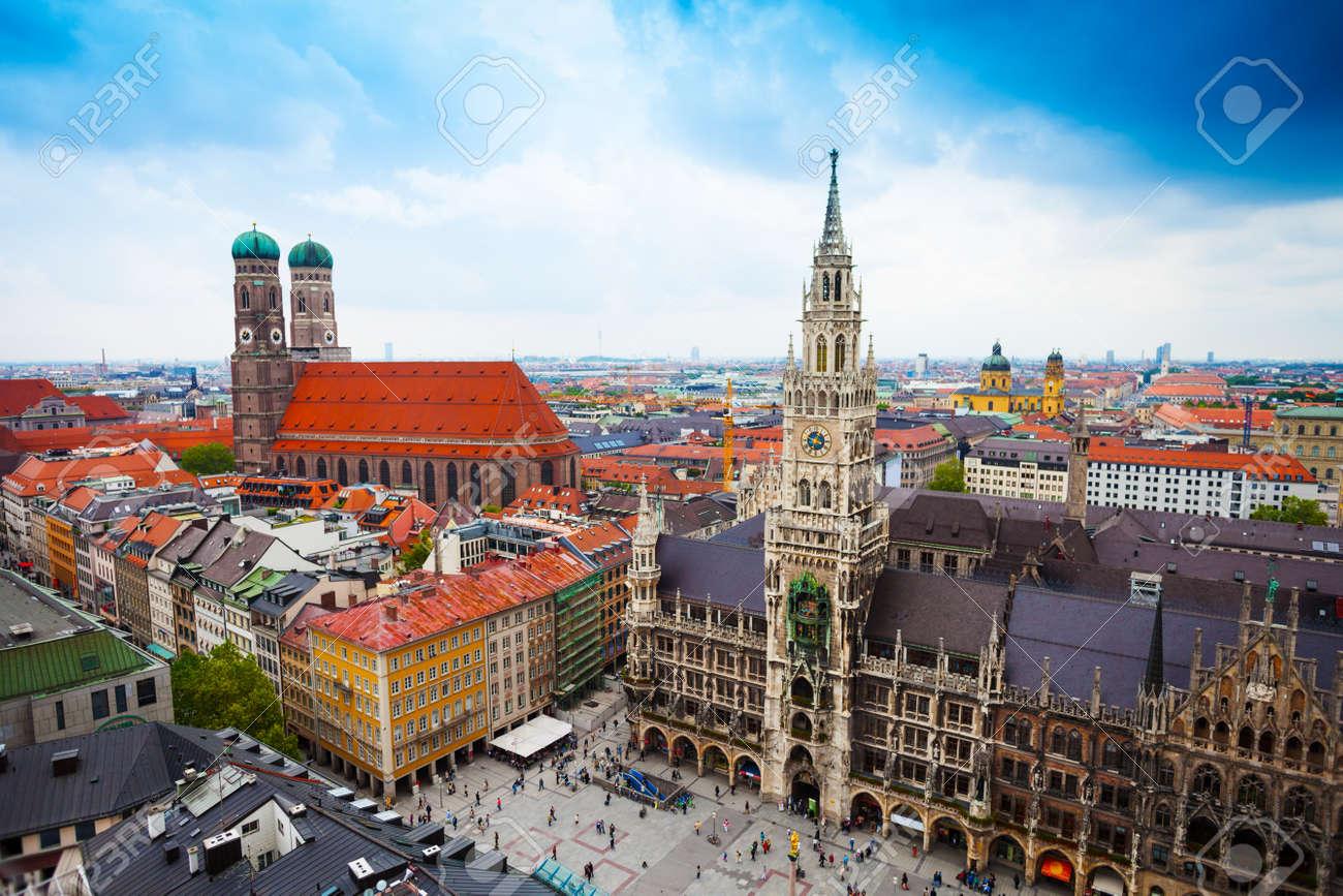 Schone Innenstadt Blick Auf Marienplatz Neues Rathaus Neues Rathaus Glockenspiel Frauenkirche Mit Himmel In Munchen Bayern Deutschland Lizenzfreie Fotos Bilder Und Stock Fotografie Image 26790106