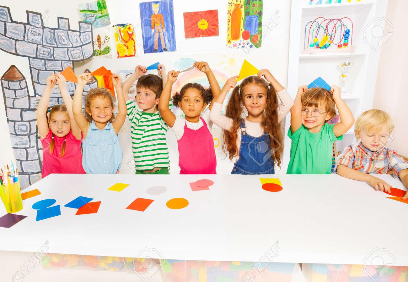 Kindergarten-Gruppe Kleinkinder, Jungen Und Mädchen Diverse Suchen ...