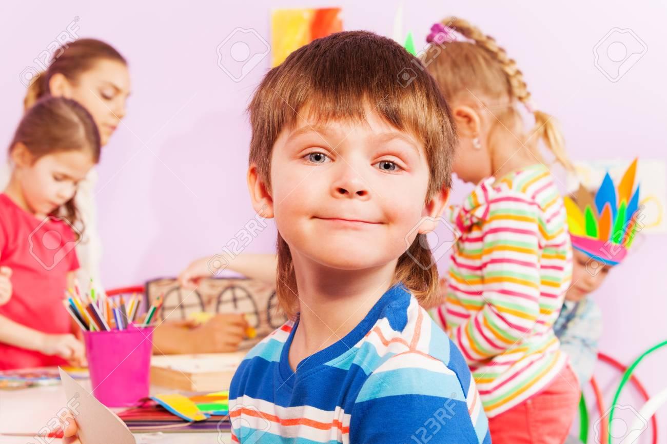 Nahaufnahmeporträt Des Jungen, Der Durch Die Tabelle Im Kindergarten ...