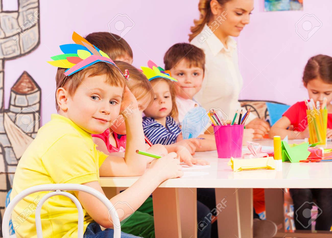 Nizza Lächelnden Jungen Durch Die Tabelle Im Kindergarten Mit Seinen ...