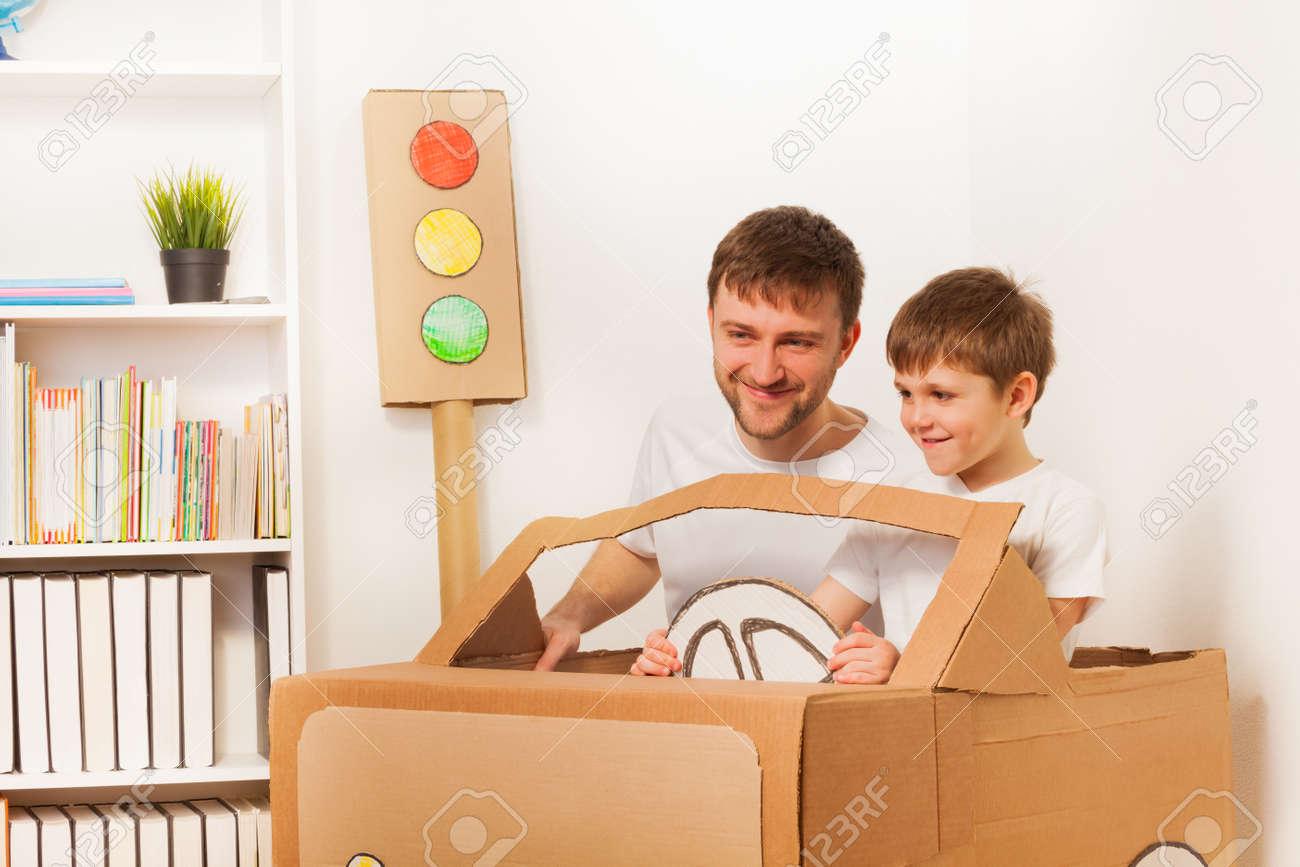 Mano Su Coche En Niño De Y PadreConduciendo Del Habitación Juguete La Feliz Muchacho Cartón PXZukOi
