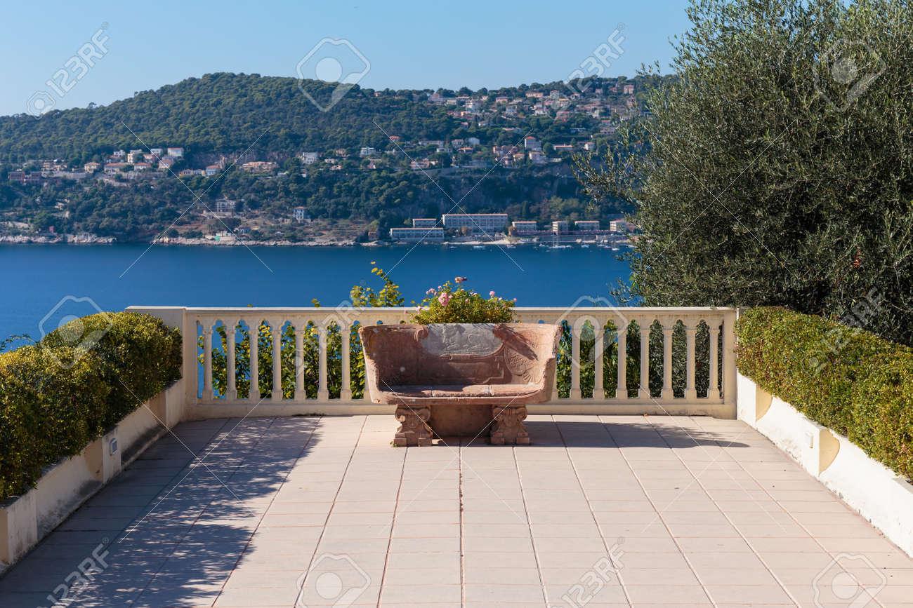 Banco De Piedra En La Terraza Del Mediterráneo