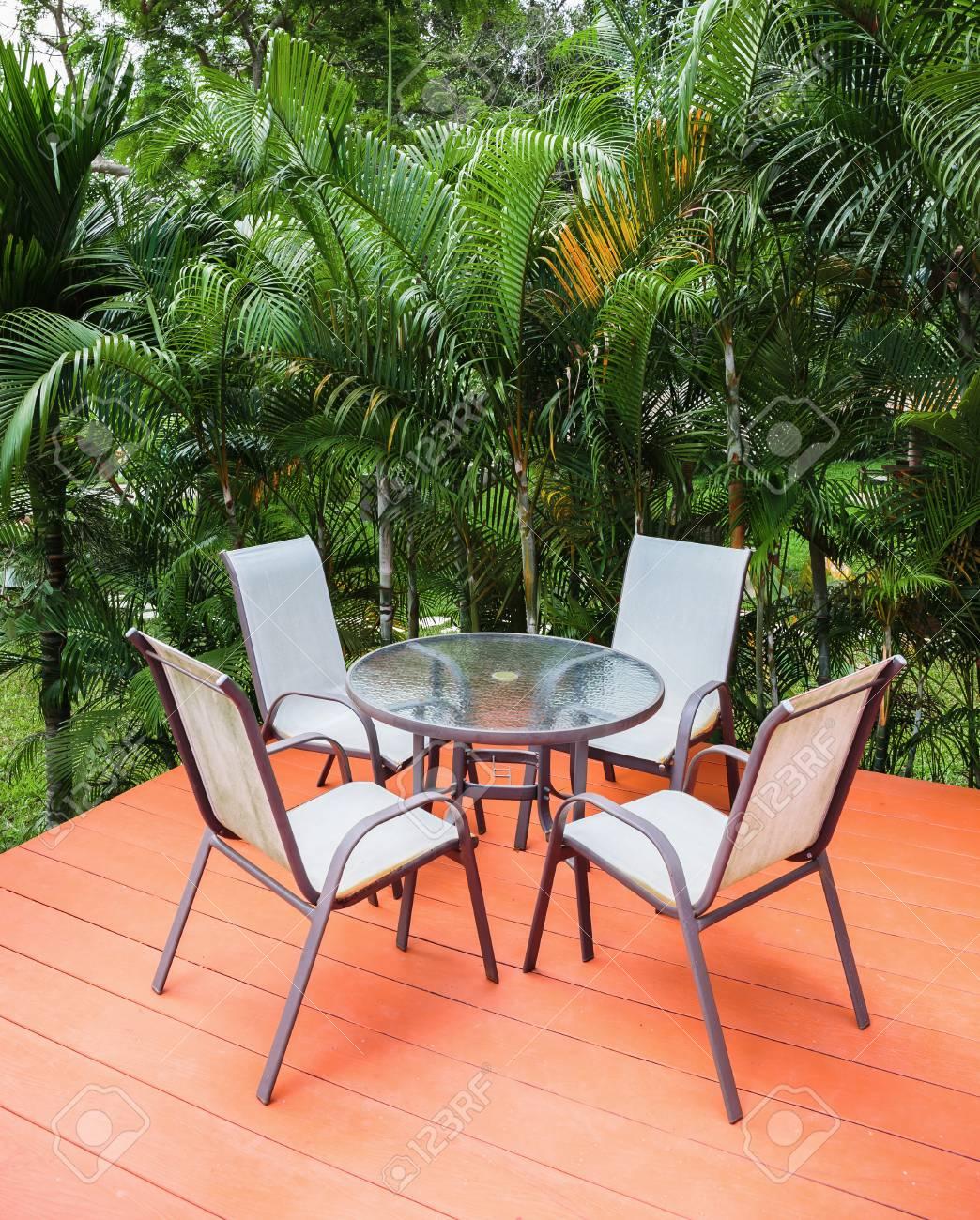 Mesa Y Sillas En La Terraza En Un Jardín Tropical