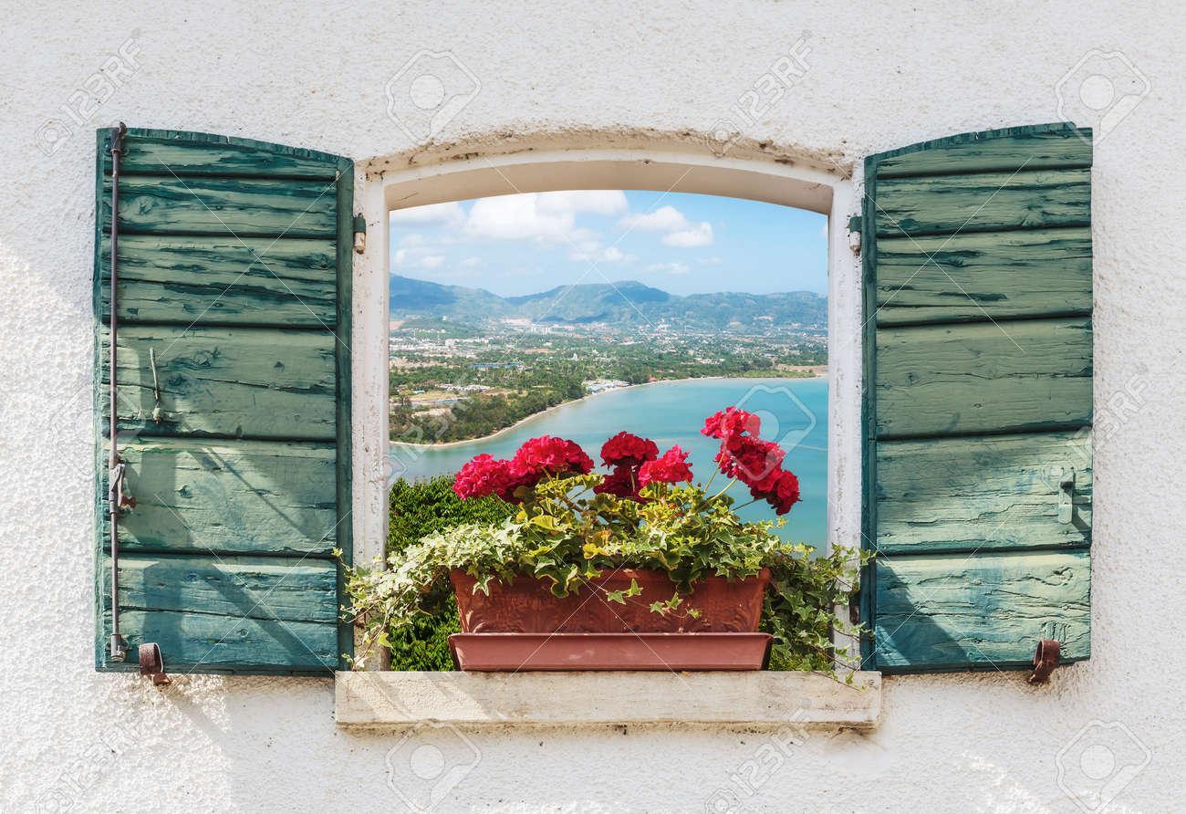 Blick aus dem fenster meer  Blick Auf Das Meer Durch Das Offene Fenster Mit Blumen In Italien ...