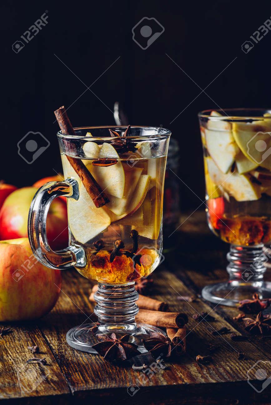 Zwei Gläser Weihnachtsglühwein Mit Geschnittenem Apfel, Nelke, Zimt ...