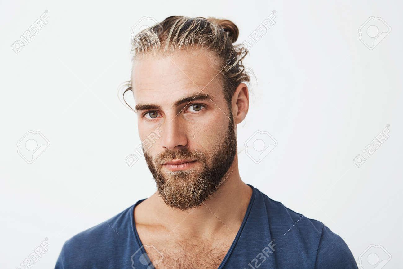 Cierrese Para Arriba De Hombre Joven Hermoso Con El Peinado Y La