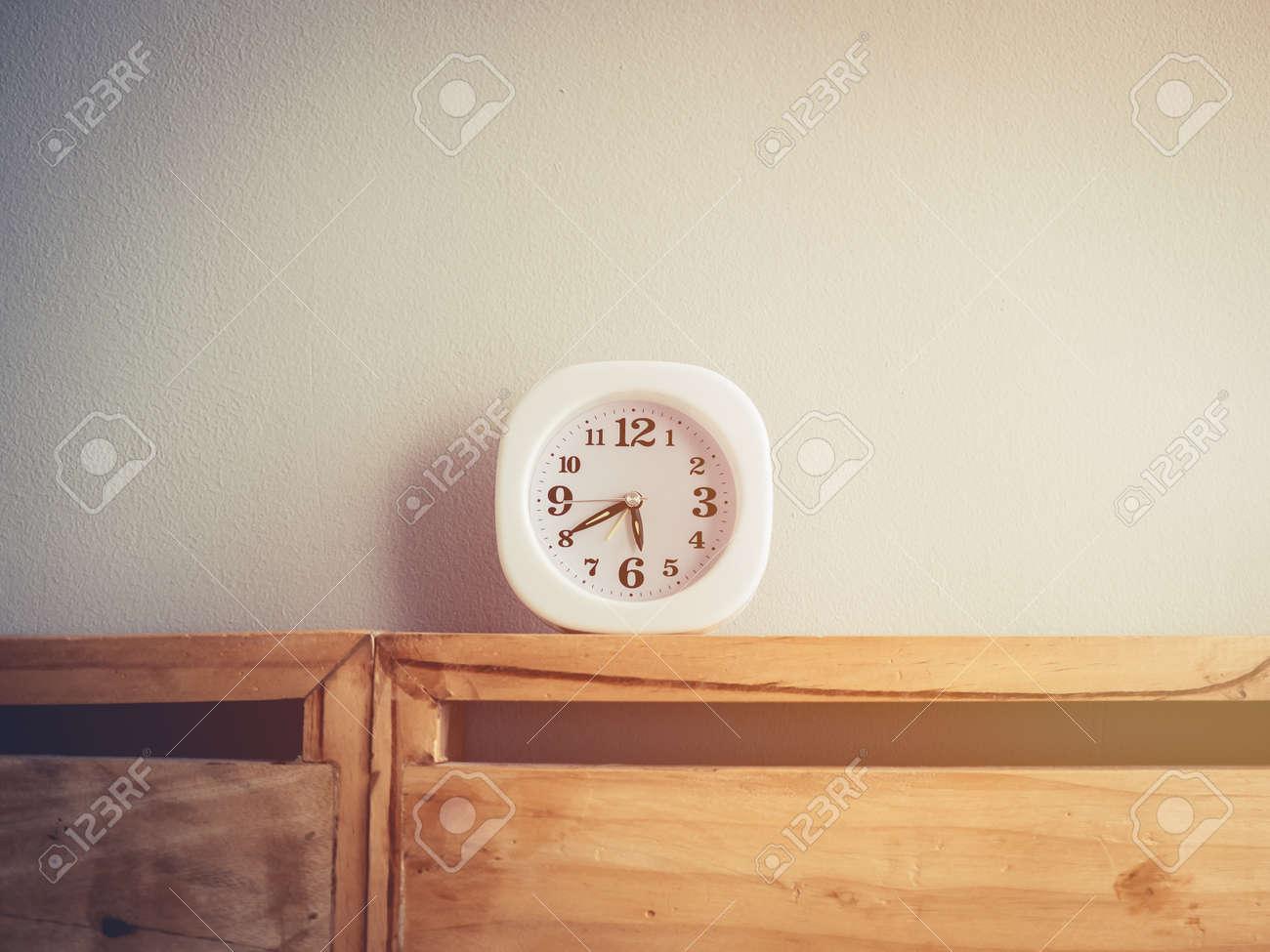 Weisse Uhr Im Schlafzimmer Zeigen Beide Fruhen Morgen Und Schnelle
