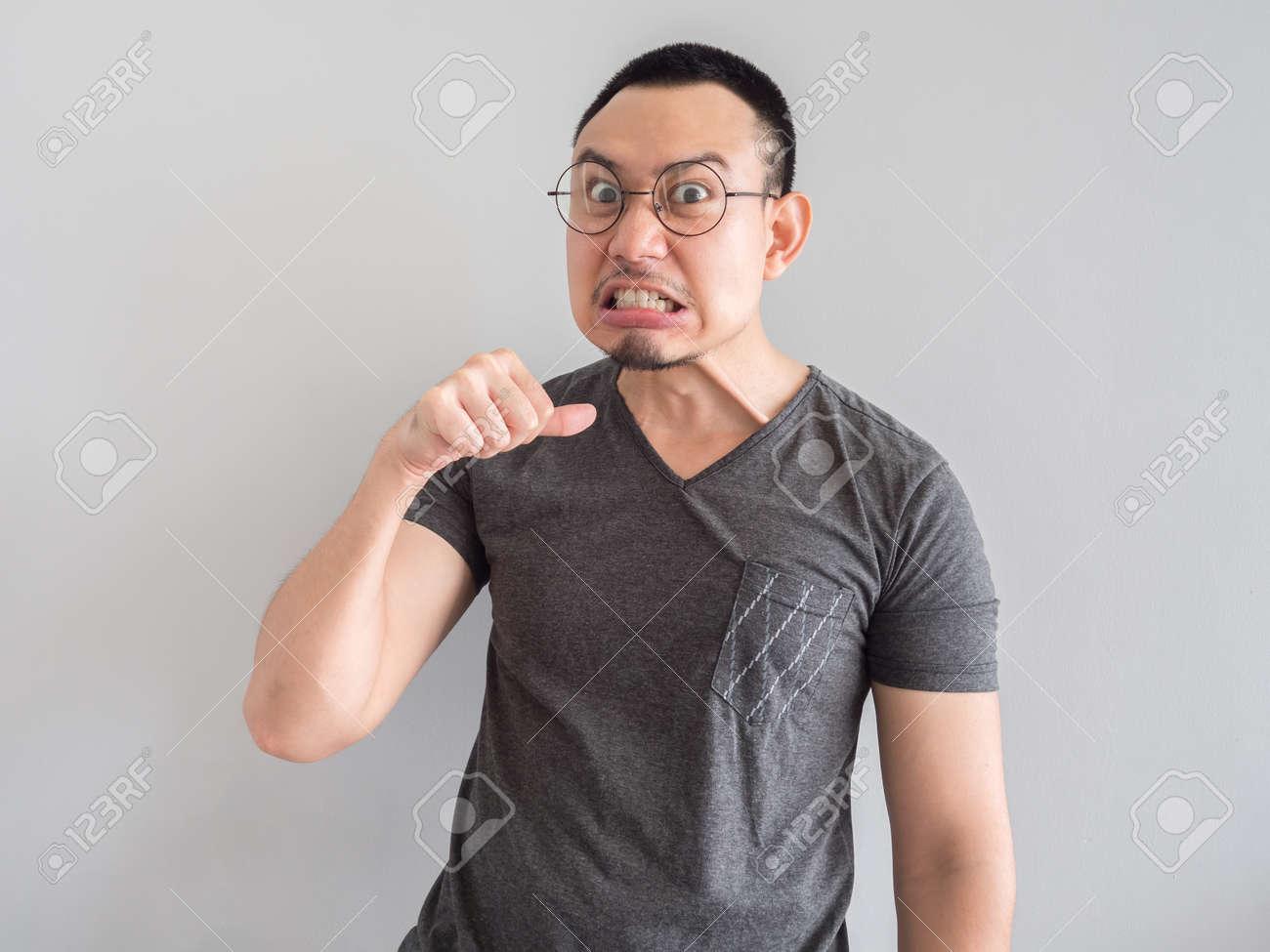 Homme Asiatique Et Fou En T Shirt Noir Et Les Cheveux Crepus Style De Coiffure Banque D Images Et Photos Libres De Droits Image 86363451