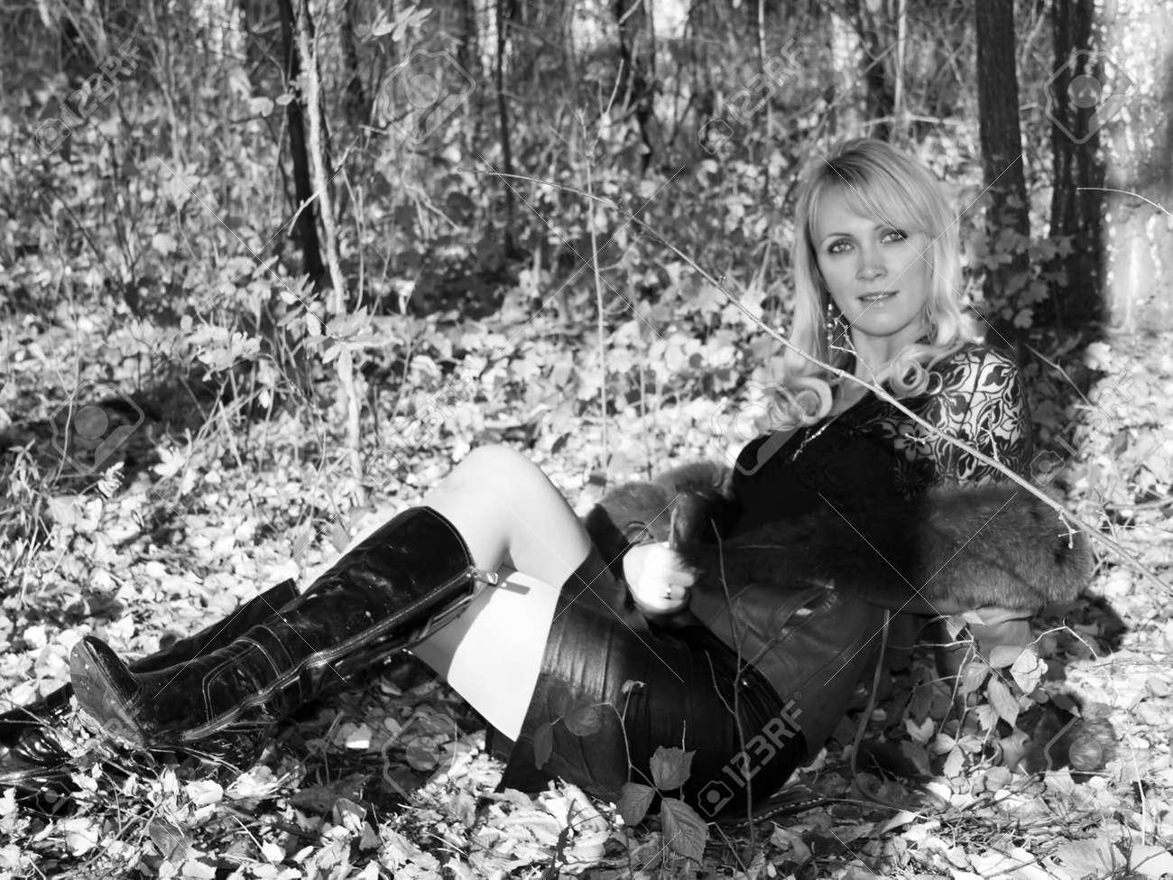 Jonge Vrouwen In De Herfst Bos. Zwart-wit Foto Royalty-Vrije Foto ...