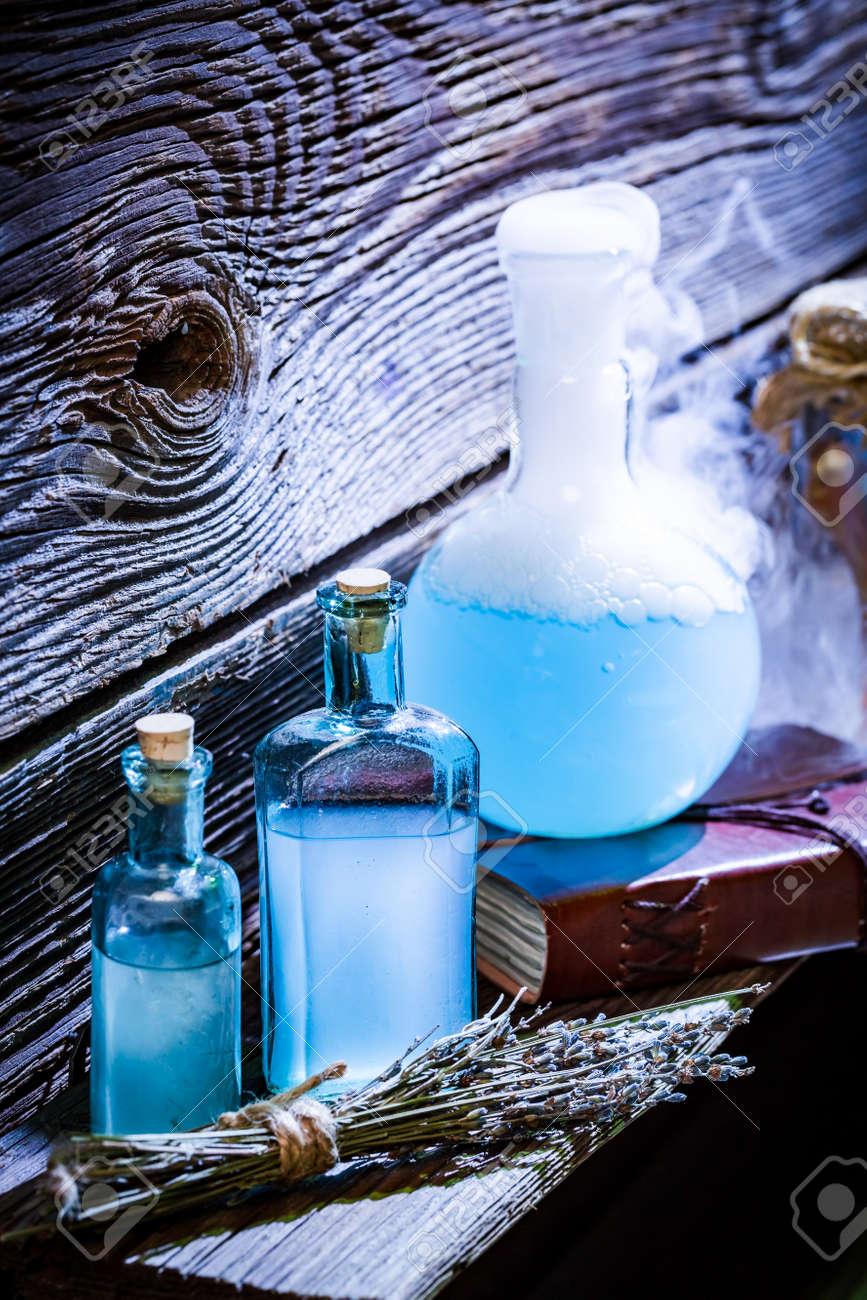 Zaubertränke Mit Blauen Mischung In Hexenhaus Für Halloween ...