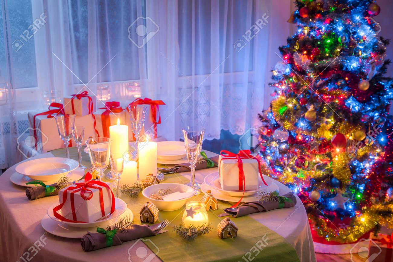 Genießen Sie Weihnachten Tischdekoration Mit Geschenk Und Baum ...