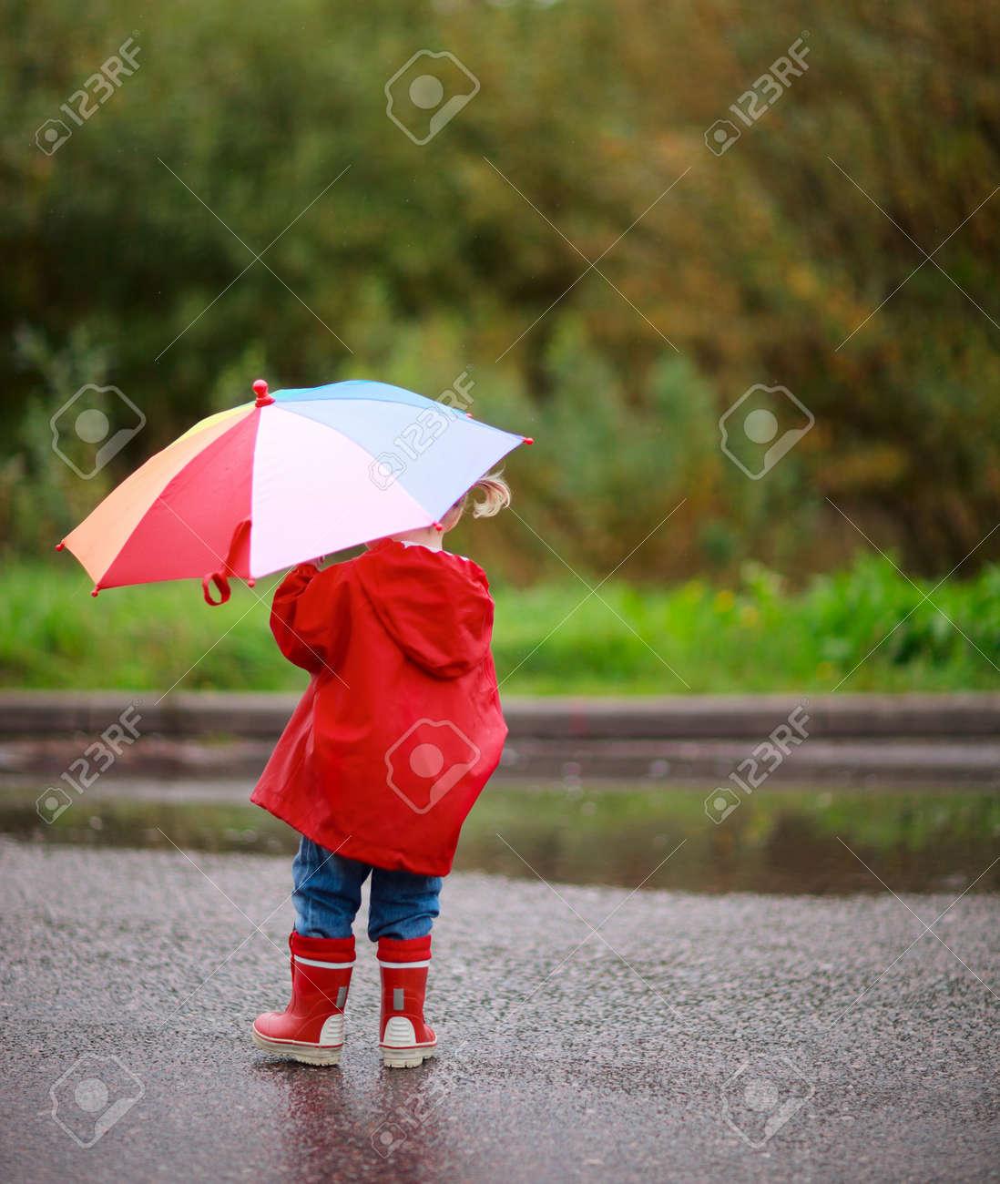 banque dimages fille enfant adorable avec lextrieur lautomne parapluie color jour de pluie - Parapluie Color