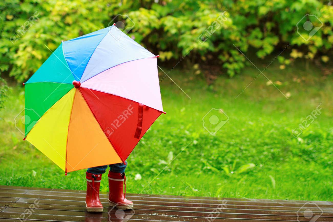 ludique cachant petite fille derrire lextrieur parapluie color banque - Parapluie Color