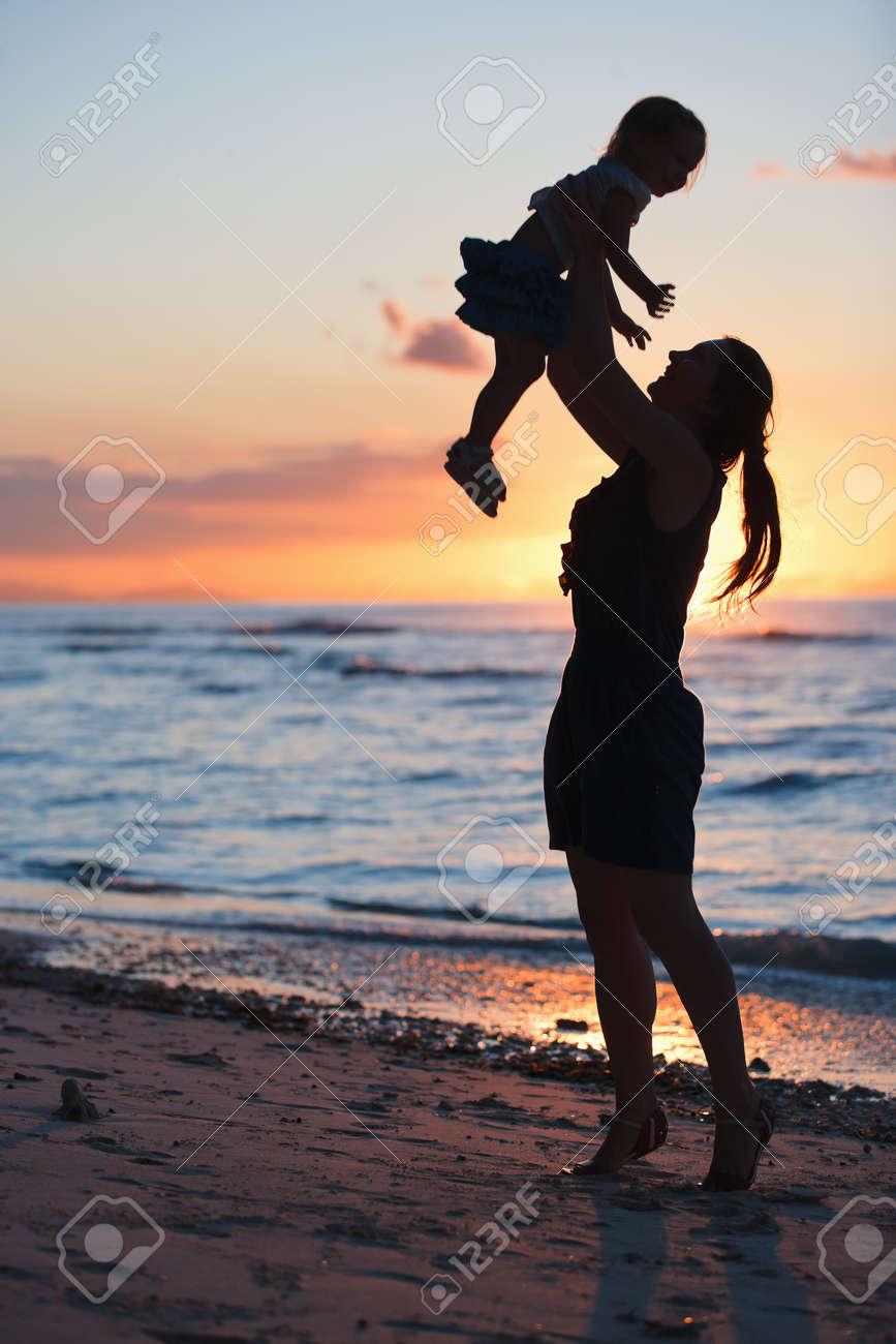 Мама с ребенком фото спиной на аву