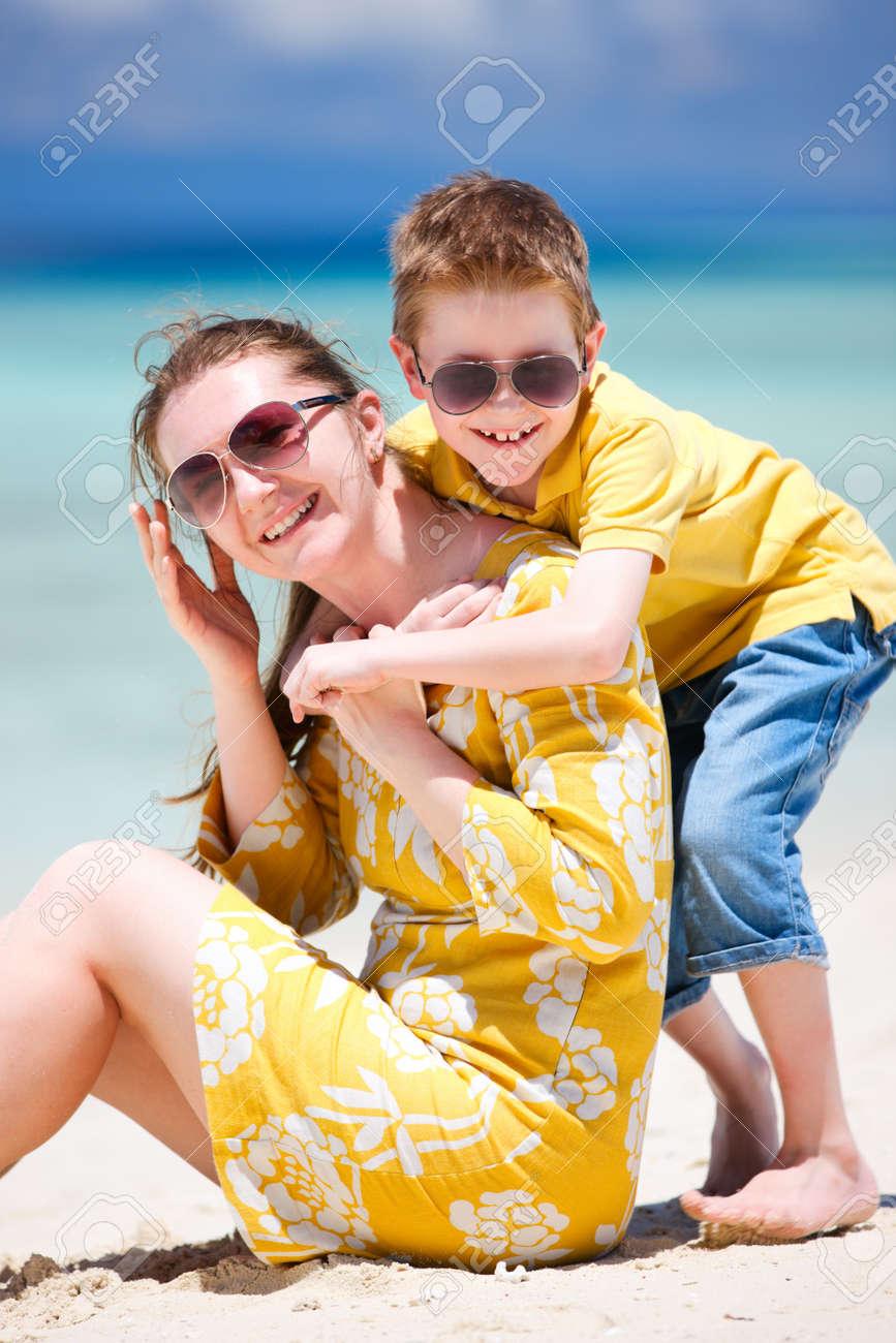 Фото мама и сын на пляже