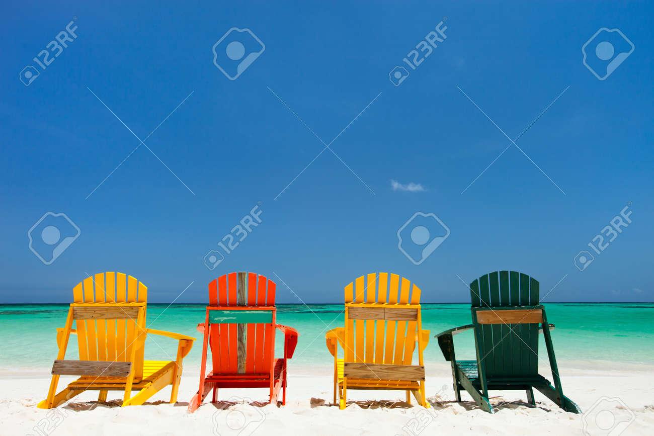 Reihe Der Bunten Adirondack Hölzerne Stühle Auf Tropischen Weißen ...