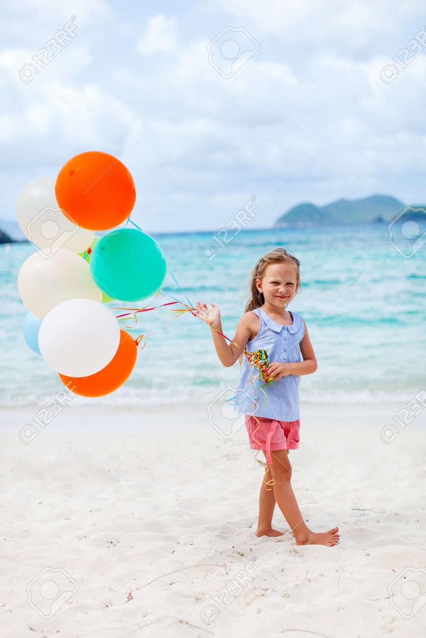 Nina Con Globos De Colores En La Playa De La Celebracion De