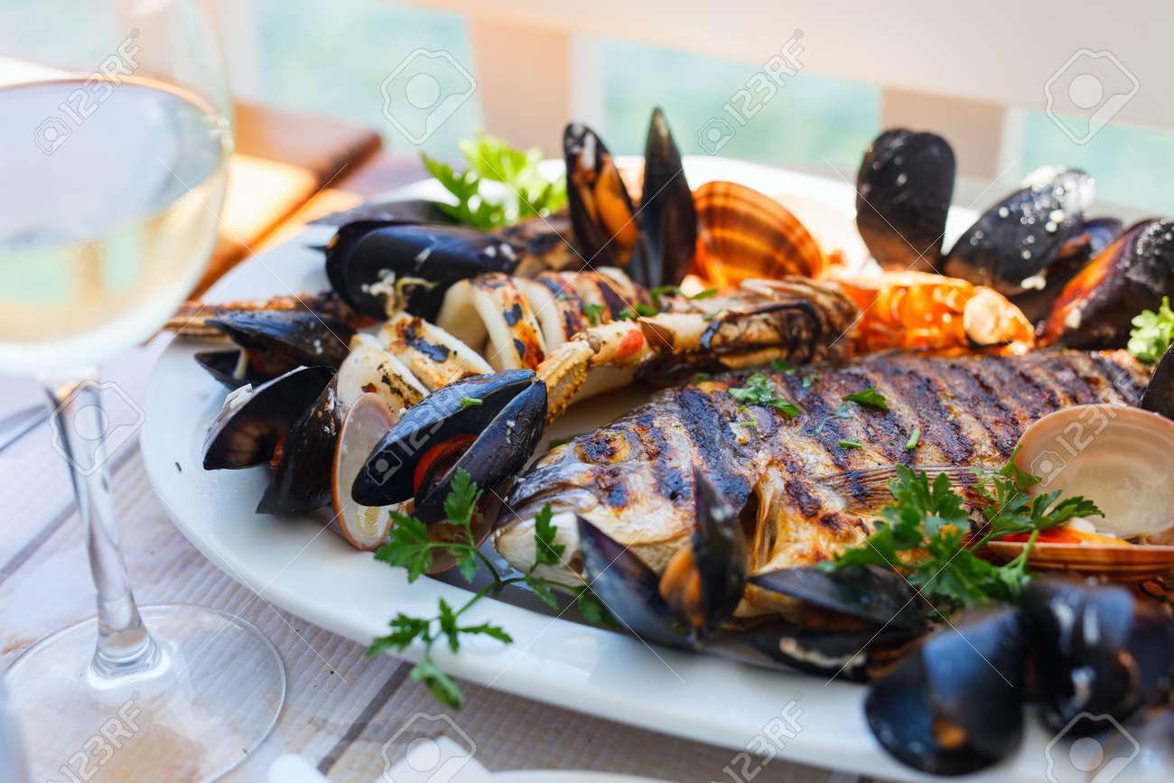 I TRE CEDRI (una storia da raccontare). 40585493-Primo-piano-di-deliziosi-piatto-di-pesce-alla-griglia-Archivio-Fotografico