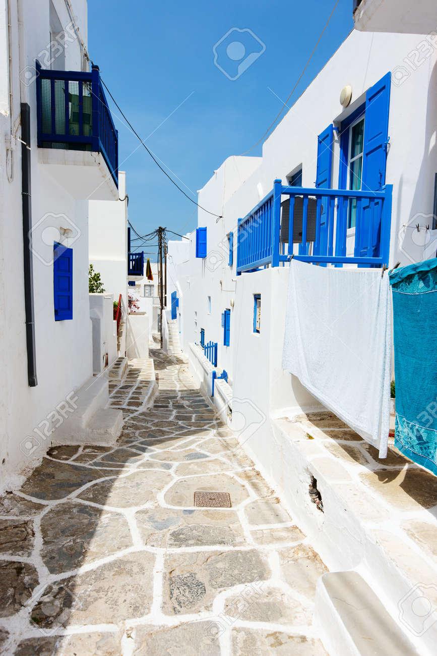 Tradicional Pueblo Griego T Pico Con Paredes Blancas Y Puertas De  ~ Color Paredes Para Puertas Blancas