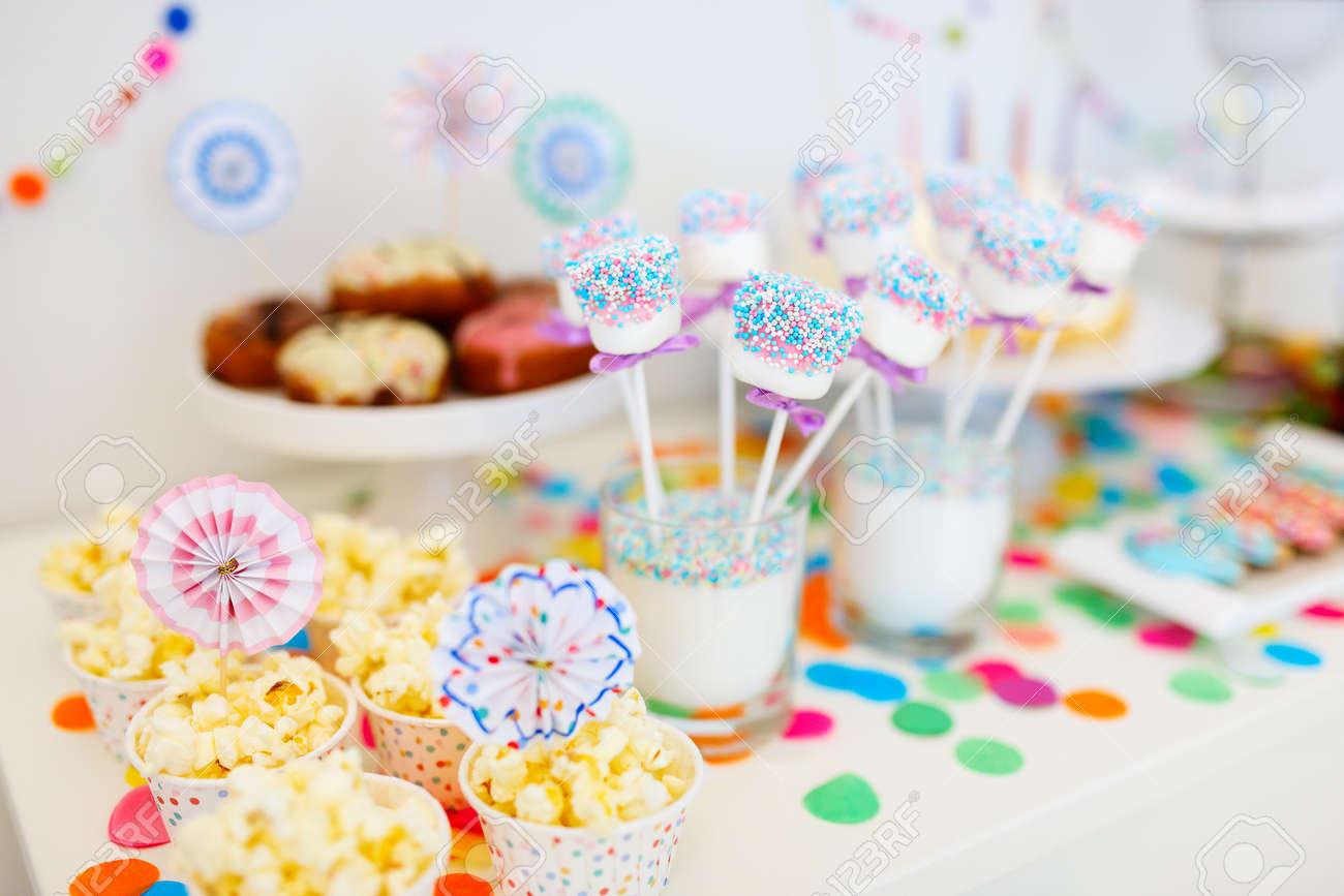decoracin colorida de la mesa de la fiesta de cumpleaos para nios con malvaviscos y dulces with como preparar una fiesta de cumpleaos para nios