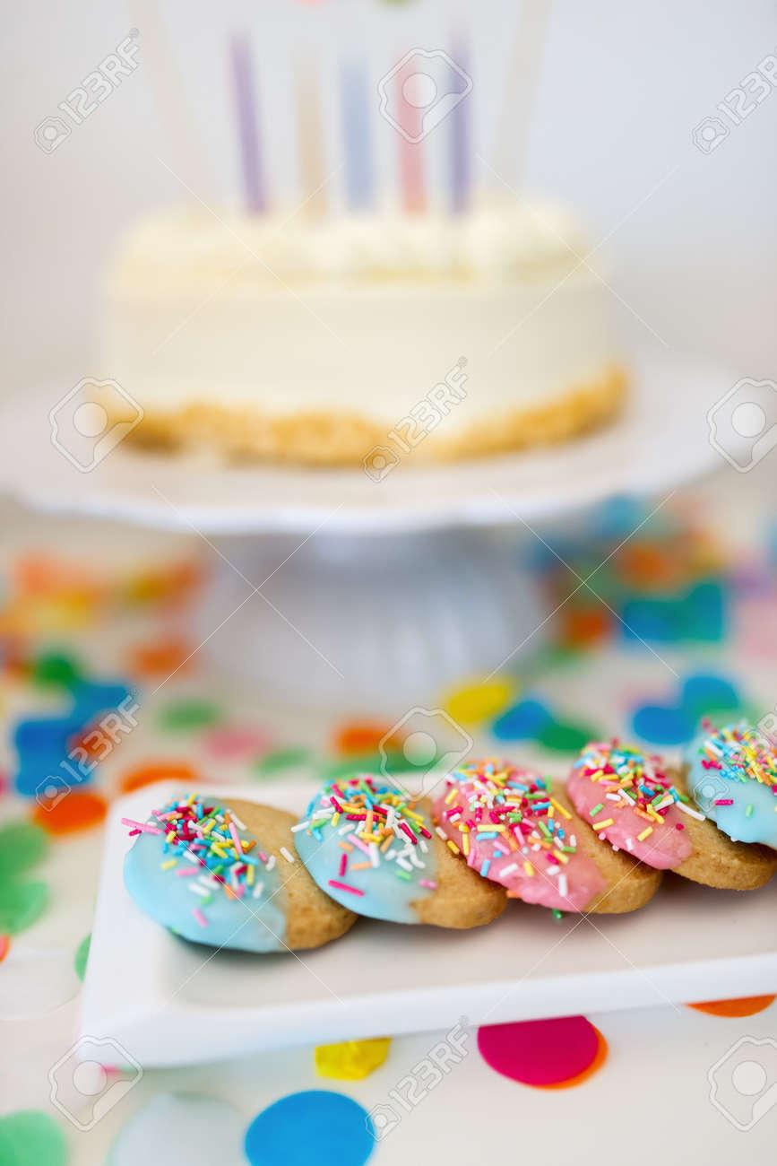 Bunte Dekoration Von Kindergeburtstagstisch Mit Kuchen Keksen Und