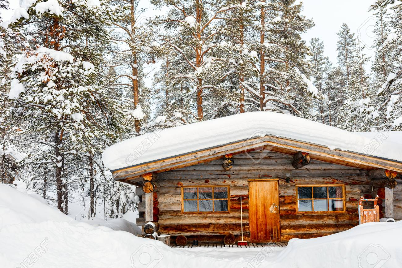 Hermoso Paisaje De Invierno Con Cabana De Madera Y Arboles Cubiertos - Cabaas-de-madera-en-arboles